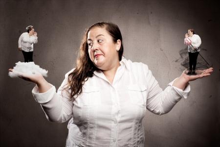 vrouw luisteren goed en slecht geweten Stockfoto