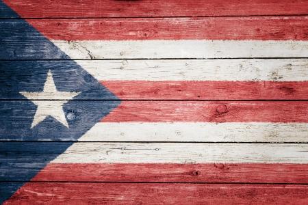 bandera de puerto rico: bandera puertorriqueña en la madera de textura de fondo Foto de archivo