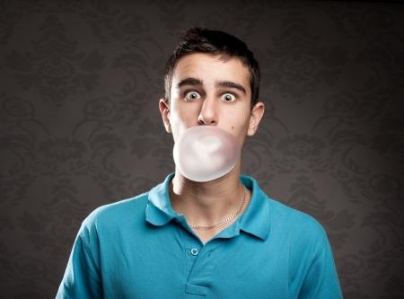 goma de mascar: ni�o haciendo una burbuja de una goma de mascar