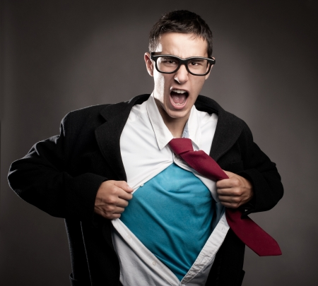 aprendo la sua camicia come un supereroe uomo Archivio Fotografico