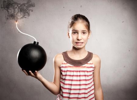bang klein meisje met een ouderwetse bom Stockfoto