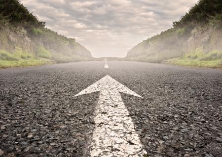 pijl op asfalt weg naar de horizon