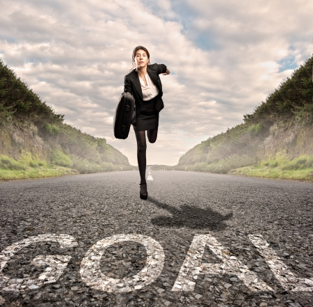 zakenvrouw op een weg lopen. Motivatie concept.