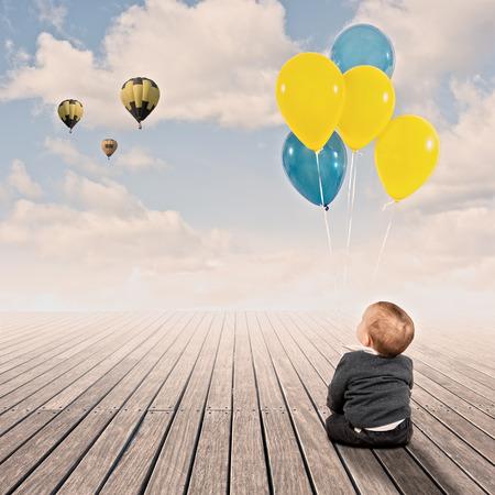 jongetje bedrijf stelletje ballonnen op een werf