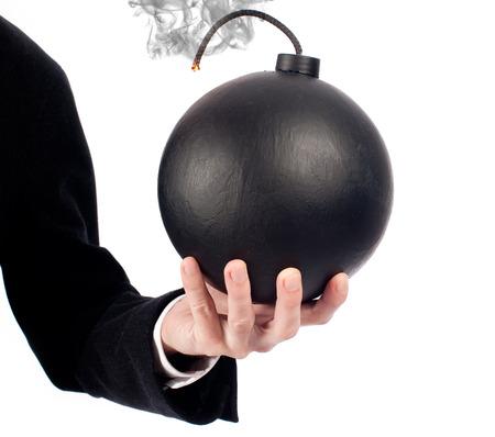 zakenman hand die een ouderwetse bom geïsoleerd op wit