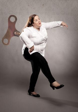 彼女の背中に灰色の壁にキーを風と実業家