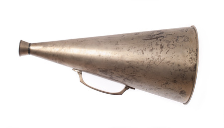 oude metalen megafoon op een witte achtergrond