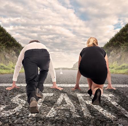 man versus vrouw op een weg klaar om te draaien