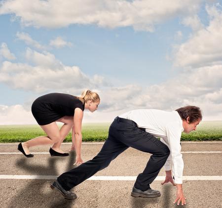 homme contre la femme sur une route prêt à fonctionner Banque d'images