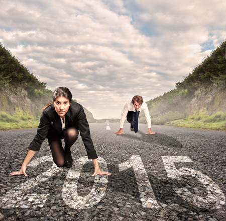 man versus vrouw op een weg met het hele jaar 2015 op het wordt geschilderd Stockfoto