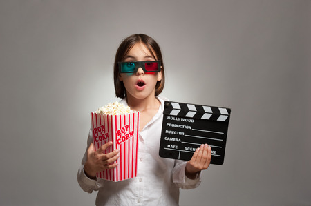cinta pelicula: niña con gafas 3D y comiendo palomitas de maíz