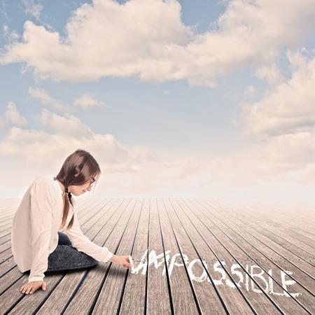 jong meisje draaien het woord onmogelijk om mogelijk met krijt