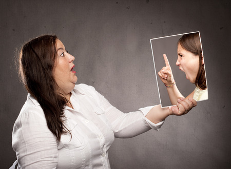 niños tristes: concepto de joven dice fuera una mujer Foto de archivo