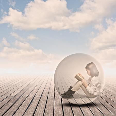 meisje het lezen van een boek in een luchtbel op een werf