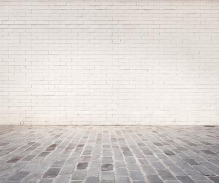 ruimte met witte bakstenen muur en grijze vloer Stockfoto