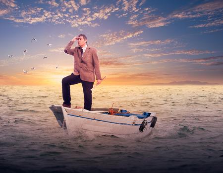 zakenman die zich op een boot op zoek naar de horizon. Business concept.