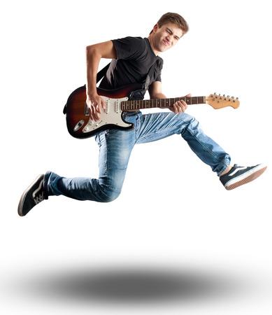 personas saltando: hombre joven que salta con la guitarra eléctrica en el fondo blanco Foto de archivo