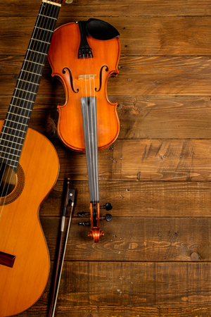 guitar and violin in wood background Stockfoto