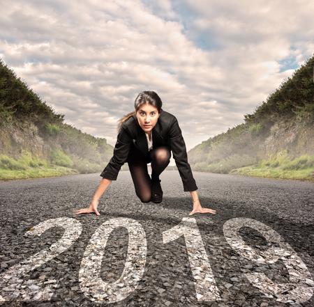 Geschäftsfrau auf einer Straße, die bereit ist, ein neues Jahr zu beginnen