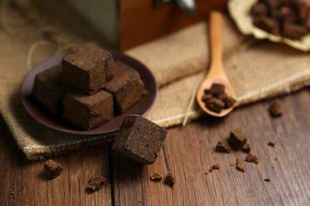 Brown sugar chunks in wooden boxes and plates Standard-Bild