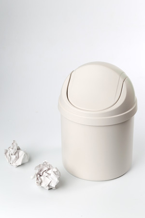 wastepaper basket: Garbage cans and waste paper in front of a white background