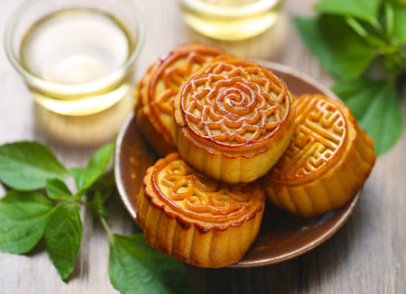 Mid-Autumn Festival moon cake on wooden desk Imagens - 60477040