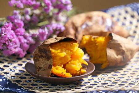 Gebackene Süßkartoffel Standard-Bild - 63716210