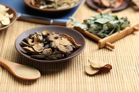 medicina tradicional china: La medicina tradicional china en el escritorio de bambú Foto de archivo