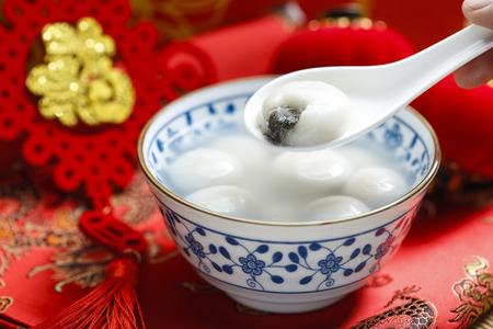 파란색과 흰색 도자기 그릇에 달콤한 쌀만 두, 중국어 등불 축제