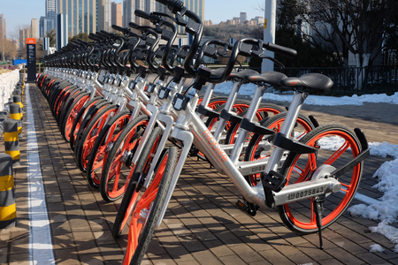 In January 30, 2017, Ji'nan City, Shandong province China, smart bike parked neatly in front of the municipal government 에디토리얼