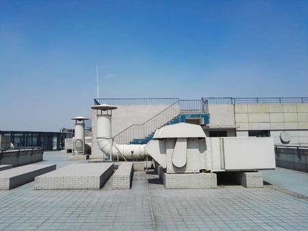 建物の屋根上の換気ダクト