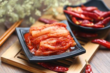 대나무에 검은 접시에 한국 김치