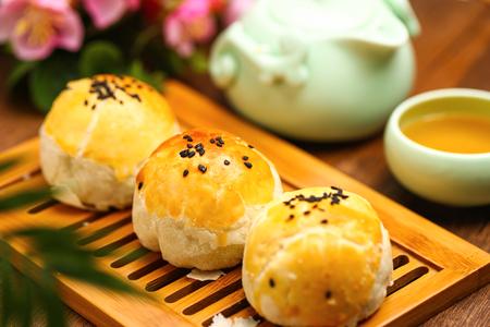 egg yolk puff and tea on bamboo plate Foto de archivo