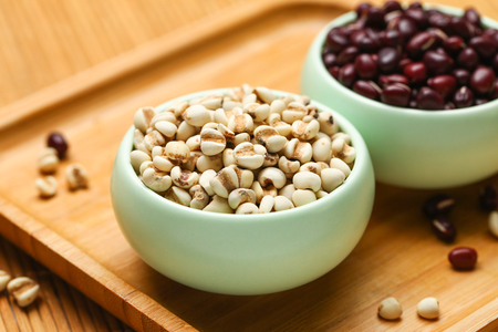 red beans and job's tears in green bowl on bamboo 스톡 콘텐츠