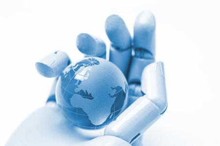 robot hand met een globe geïsoleerd op een witte achtergrond, ai, kunstmatige intelligentie concept
