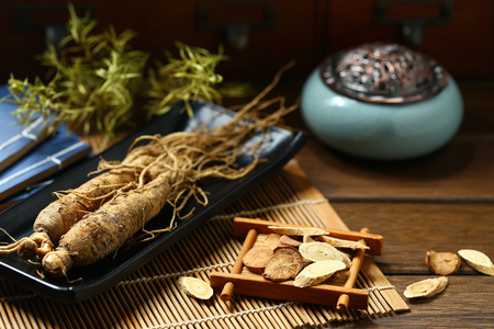ginseng in black plate on wooden table Imagens - 91191488
