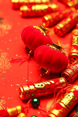 幸運と幸せを言う赤い背景に中国の新年の提灯と偽の爆竹