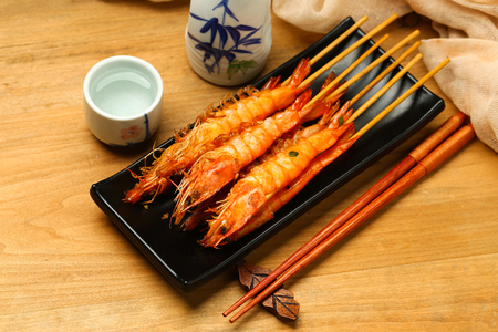 Grilled shrimp in black plate with liquor