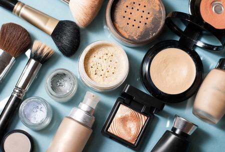 productos naturales: conjunto de Polvo decorativo de cosmética, corrector, pincel de sombra de ojos, colorete, fundación