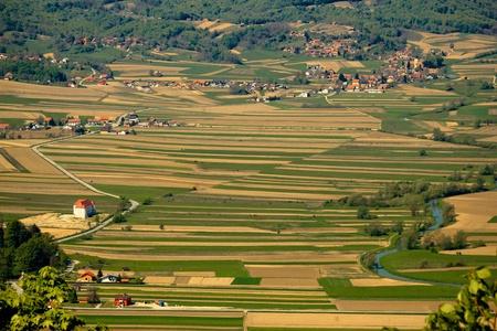 Rivier Bednja vallei luchtfoto met kasteel Stockfoto