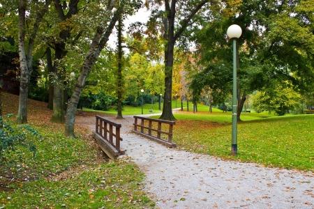 banc de parc: Ville de Zagreb parc Ribnjak aux couleurs d'automne, Croatie