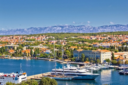 Ciudad de Zadar puerto y la montaña de Velebit, Dalmacia, Croacia Foto de archivo - 21284836