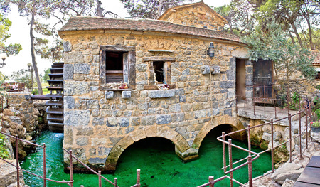 watermill: Pueblo tradicional de Dalmacia molino de piedra, Sibenik, Croacia