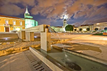 Old Zadar forum fountain night view, Dalmatia, Croatia Standard-Bild