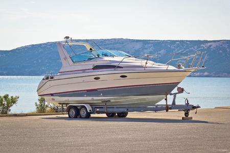 bateau: Bateau sur une remorque par la mer, l'île de Pag