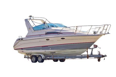 remolque: Barco (yate) en un remolque aislado en fondo blanco Foto de archivo