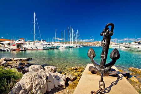 ancla: ciudad adriática de Rogoznica puerto vela, Dalmacia, Croacia