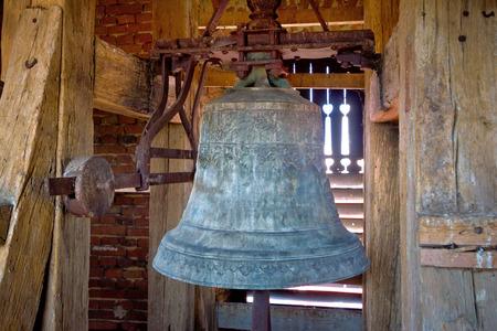 古い鉄の教会の塔の鐘のクローズ アップ ビュー 写真素材