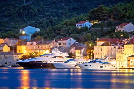 Luxe jachten in de stad van Vis waterkant avond uitzicht, Dalmatië, Kroatië