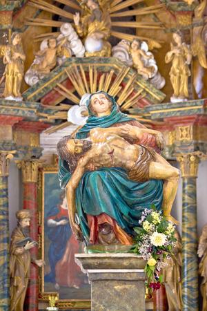memorial cross: Mar�a y Jes�s estatua del siglo 16 en la iglesia Koruska, Krizevci, Croacia